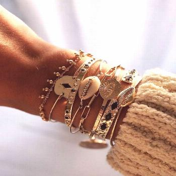 Jewellery | Gold jewellery | Gold bracelet | Jewellery collection | Yellow knitwear | Classy | Goud