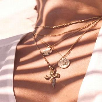 Jewellery | Gold jewellery | Gold necklace | Layering necklaces | Summer | White top | Gouden siera