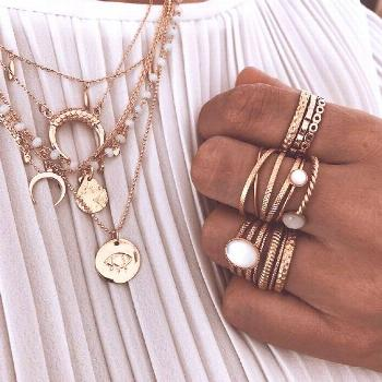 Jewellery | Gold jewellery | Rings | Necklaces | White top | Spring | Summer | Layering necklaces |